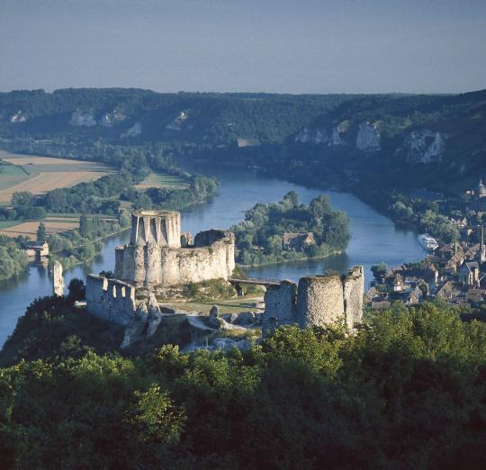 https://travelguide.michelin.com/sites/default/files/styles/poi_slideshow/public/images/travel_guide/voyage_media-NX-9744/chateau-gaillard-2.jpg