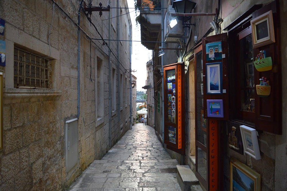 узкий переулок в Корчуле, Хорватия