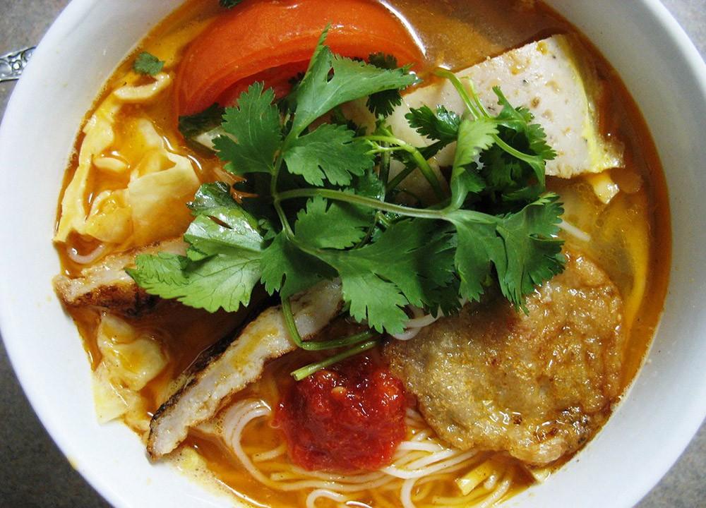 Чем питаться в Дананге: Жареная рыба торт лапша